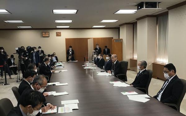 「感染拡大に歯止めがかかっていない」と危機感を示す谷本知事(23日、石川県庁)
