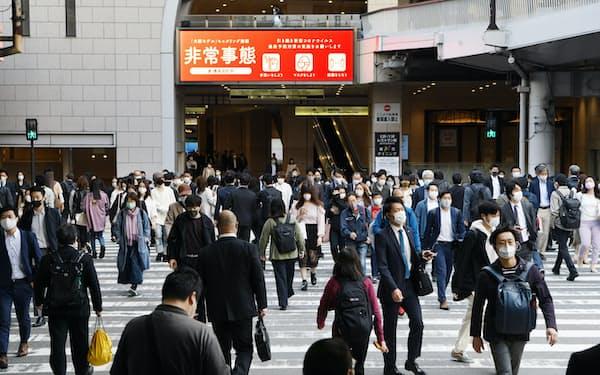 マスク姿で通勤する人たち(23日午前、大阪市北区)
