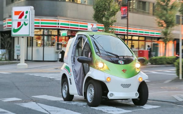 セブンイレブンの配達サービスに使われている電気自動車(EV)「コムス」(2013年11月22日、さいたま市)
