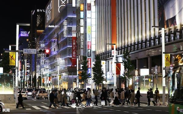 百貨店や飲食店など商業施設が並ぶ東京・銀座=21日夜