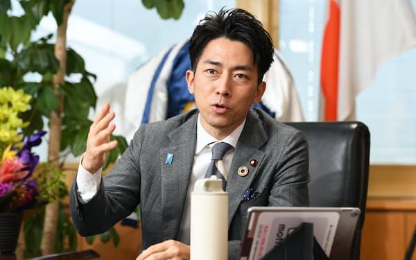 インタビューに答える小泉進次郎環境相(23日、東京・霞が関)
