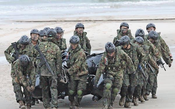 種子島で行われた米海兵隊との共同訓練で上陸に使ったボートを運ぶ陸自の水陸機動団(2018年、鹿児島県中種子町)