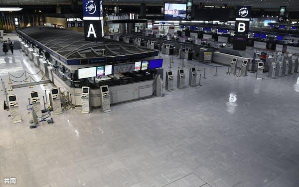 閑散とする成田空港第1ターミナル出発ロビー(14日)