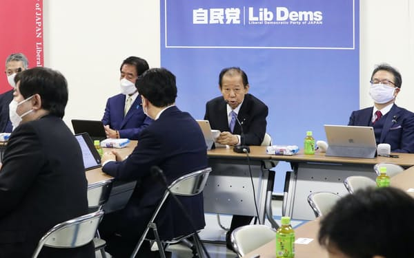 自民党の「子ども庁」創設に関する検討本部初会合であいさつする二階幹事長(奥右から2人目)=4月13日、党本部