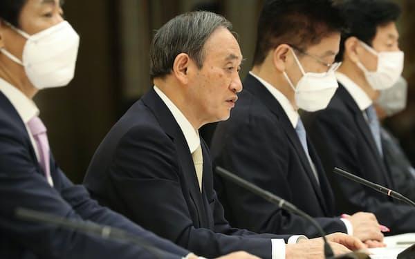 新型コロナウイルス感染症対策本部で4都府県への緊急事態宣言発令を表明する菅首相(23日午後、首相官邸)