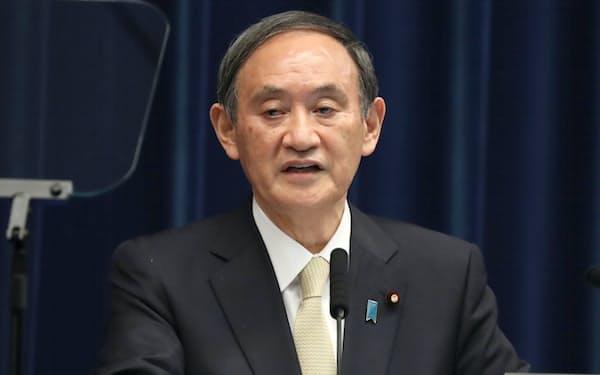 記者会見で3回目の緊急事態宣言発令について説明する菅首相(23日午後、首相官邸)