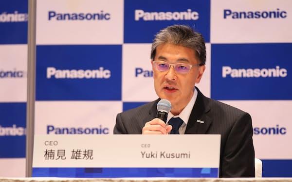 記者会見するパナソニックの楠見CEO(23日)