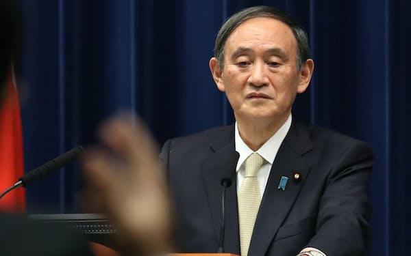 記者会見で質問を聞く菅首相(23日午後、首相官邸)