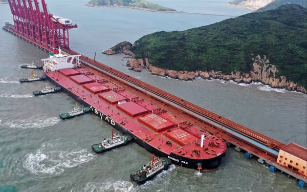 浙江省の港に停泊する大型タンカー=ゲッティイメージズ