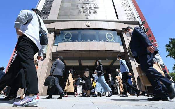 マスク姿の人たちが行き交う銀座三越前(23日、東京都中央区)