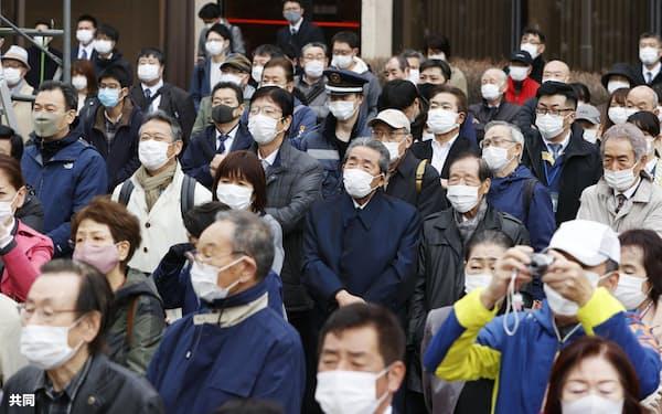 衆院北海道2区補選が告示され、候補者らの街頭演説を聞く有権者(13日午前、札幌市)=共同