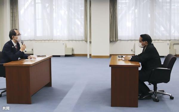 福島県庁で内堀雅雄知事(左)と会談する平沢復興相(24日午前)=共同