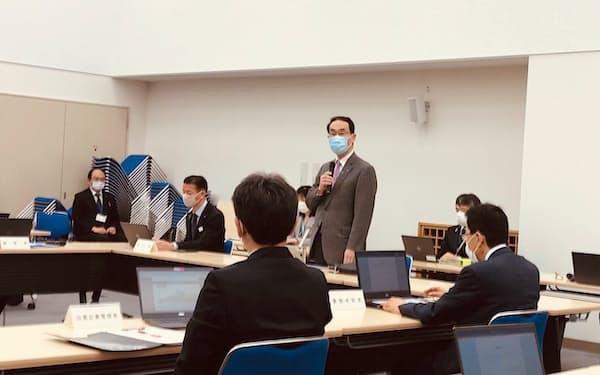 埼玉県の新型コロナウイルス対策本部会議であいさつする大野元裕知事(24日、埼玉県庁)