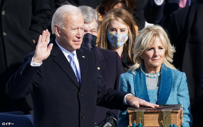 宣誓式に臨むバイデン米大統領(1月20日、ワシントン)=ロイター