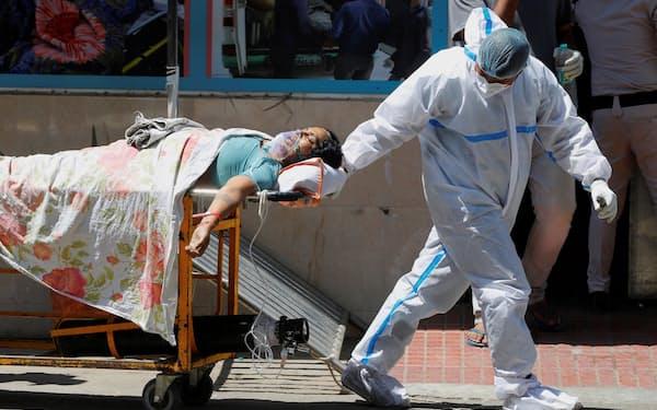 ニューデリーの病院ではコロナ急増で、医療用の酸素やベッドが極端に不足している=ロイター