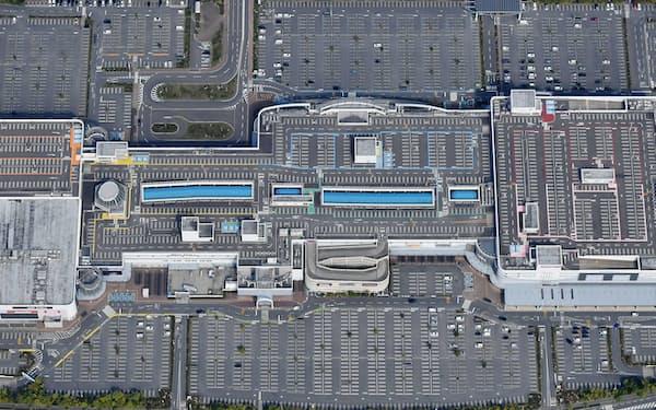 一部の売り場を除き休業した大型商業施設。駐車場の車はまばらだった(25日午前、大阪府泉南市)=笹津敏暉撮影
