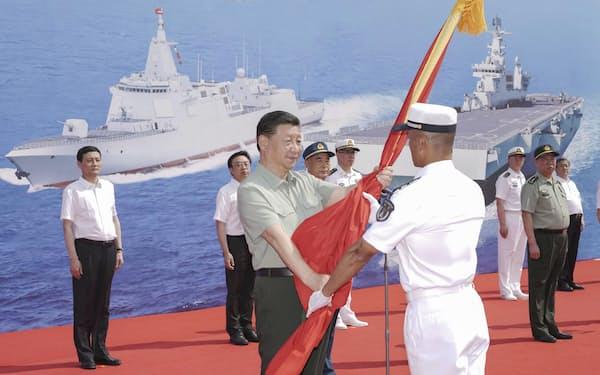 中国海軍に新型艦船を引き渡す式典に臨む習近平国家主席(23日、中国海南省三亜)=新華社・共同