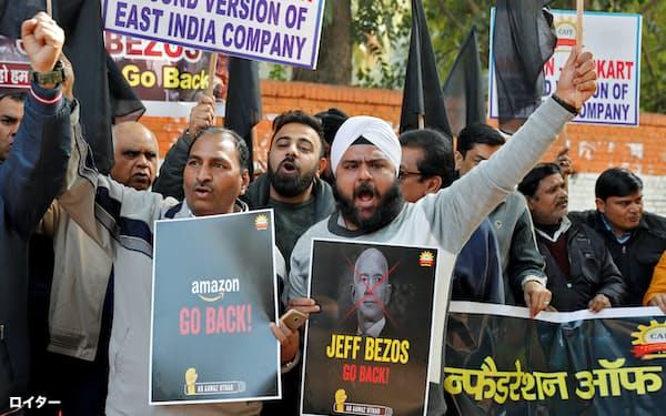 2020年1月、アマゾンのジェフ・ベゾスCEOの訪印に際して、ニューデリーで反アマゾンを訴えるインドの商業関係者たち=ロイター