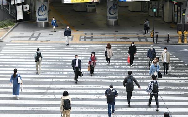 緊急事態宣言初日を迎えたJR大阪駅前(25日午前)=柏原敬樹撮影