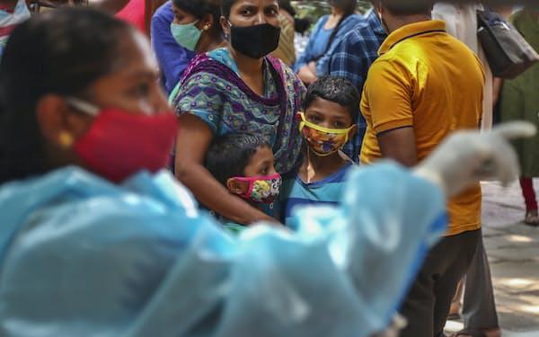 インドでは新型コロナ感染が急拡大している(25日、ハイデラバード)=AP