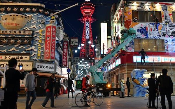 警戒を示す赤色に点灯した通天閣(25日午後、大阪市浪速区)=笹津敏暉撮影