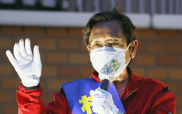 衆院北海道2区補選で、有権者らに支持を訴える松木謙公氏=24日午後、札幌市