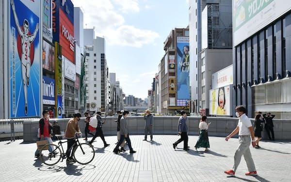 マスク姿で大阪・道頓堀を歩く人たち(25日午後)