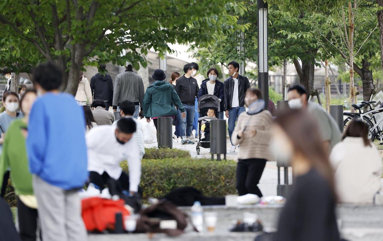 大阪・中之島公園でくつろぐ人たち=25日午後5時1分