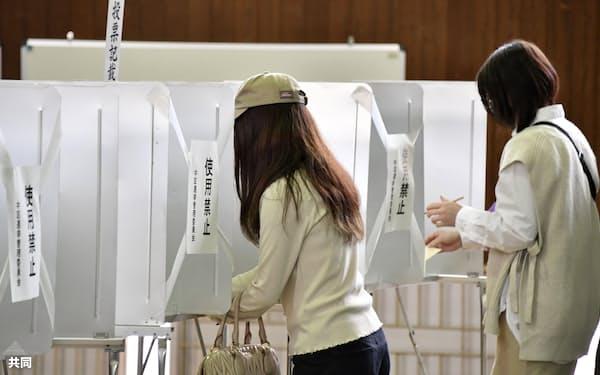 参院広島再選挙で、間隔を空けるため一部の記載台が使用禁止となった投票所(25日午前、広島市)=共同
