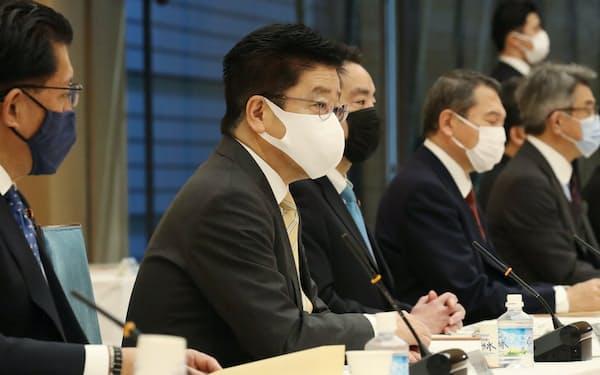 統合イノベーション戦略推進会議であいさつする加藤官房長官(1月18日、首相官邸)