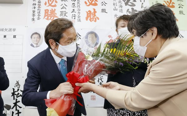 衆院北海道2区補選で当選を決め、花束を受け取る松木謙公氏(25日夜、札幌市)=共同