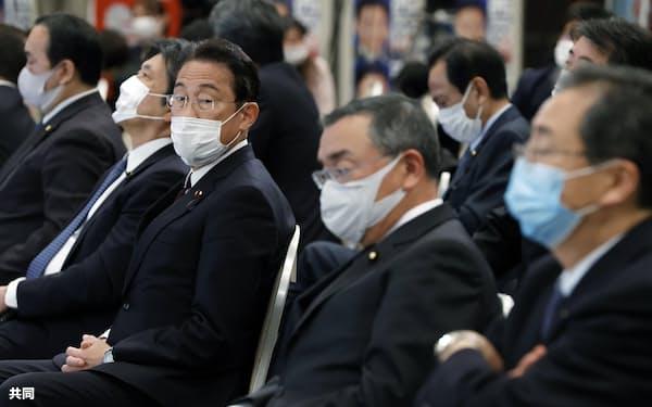 参院広島選挙区再選挙の開票結果を待つ、自民党の岸田文雄県連会長(右から3人目、25日夜、広島市)=共同