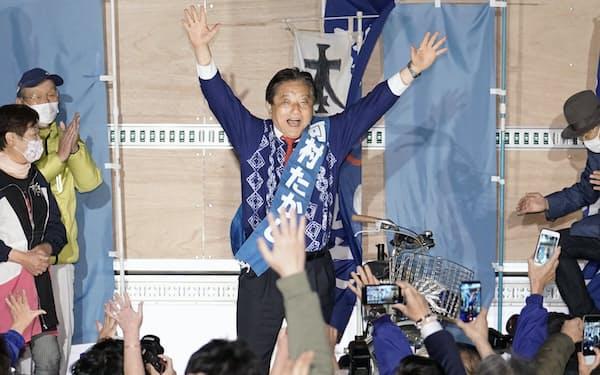 名古屋市長選で5選を決め、万歳する河村たかし氏(25日夜)=共同