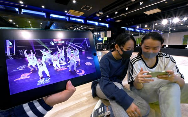 ダンス教室の合間にDリーグの動画を見る柿田さん㊨と高井さん(東京都港区のジールスタジオ東京校)