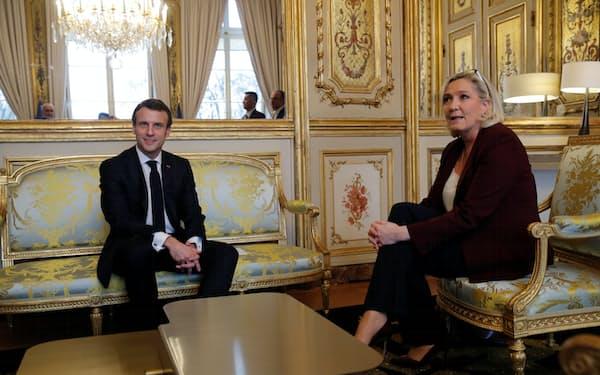 22年仏大統領選はマクロン氏㊧、ルペン氏の一騎打ちとなる可能性が高まっている(写真は19年)=ロイター