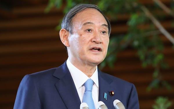 衆参3選挙の結果について報道陣の質問に答える菅首相(26日午前、首相官邸)