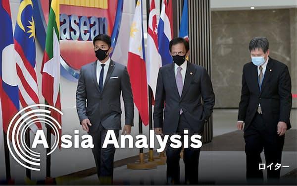 24日、特別首脳会議に出席するためジャカルタのASEAN本部に到着した議長国ブルネイのボルキア国王㊥ら=インドネシア大統領府提供・ロイター