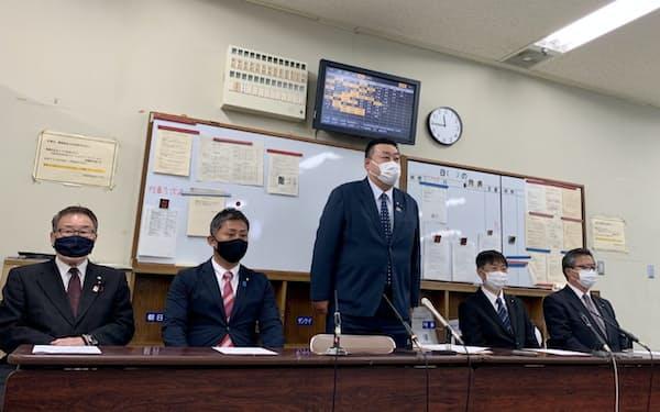 新会派結成で記者会見する自民党の大阪市議ら(26日、大阪市)