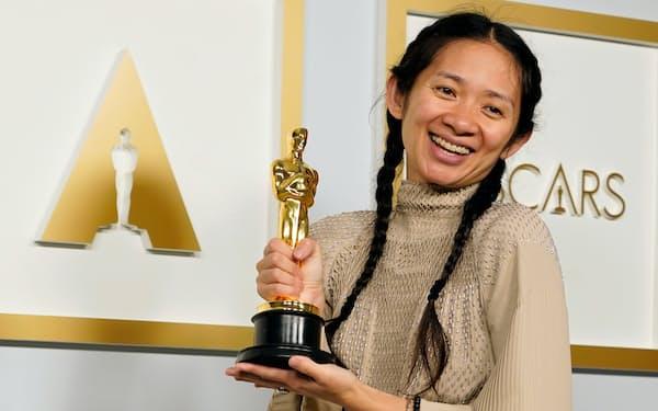 アジア系女性で初の監督賞を受賞したクロエ・ジャオ氏=AP