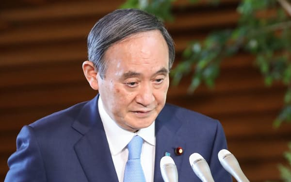 衆参3選挙の結果について報道陣のインタビューに臨む菅首相(26日午前、首相官邸)