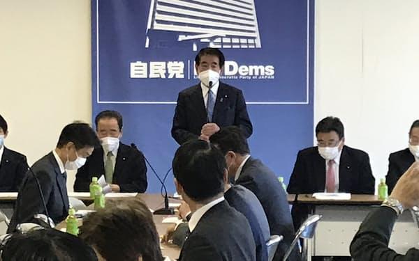自民党のワクチンPT会合であいさつする下村政調会長(26日、党本部)