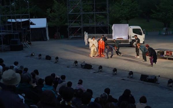 駿府城公園で上演された「野外劇 三文オペラ」=猪熊 康夫撮影