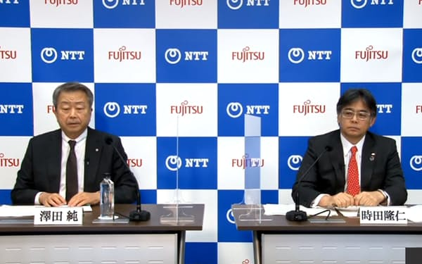 オンライン記者会見で業務提携を発表するNTTの澤田純社長(左)と富士通の時田隆仁社長(26日)