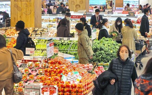 お客でにぎわう食品売り場(埼玉県上尾市)