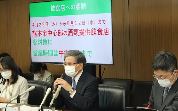 県の新型コロナ対策本部会議後に記者会見した蒲島知事