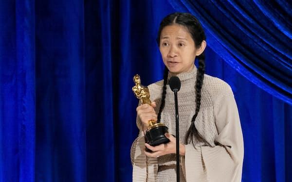 アカデミー賞で監督賞を受賞したクロエ・ジャオ氏(25日)=ロイター