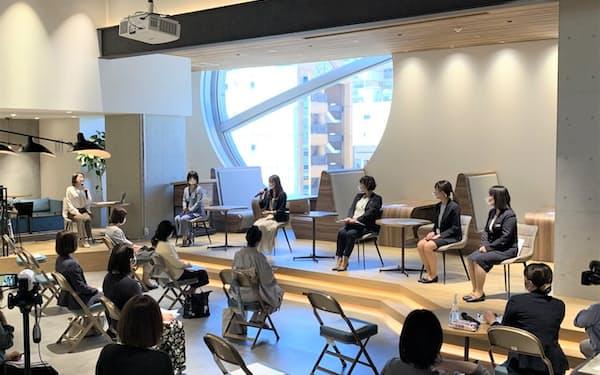 起業家や金融機関の支援担当者らが登壇し女性の起業について話し合った(26日、名古屋市)