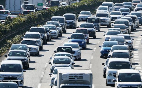 企業物流への影響を慎重に考慮する必要がある(渋滞する東名高速道路)
