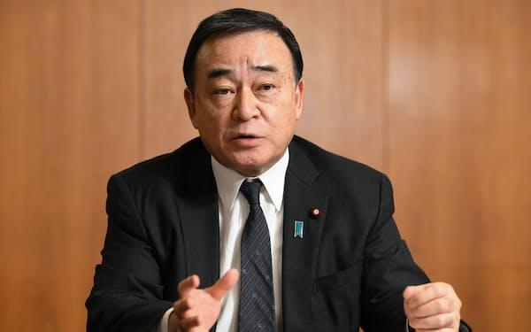 インタビューに答える梶山弘志経産相(26日、東京・霞が関)