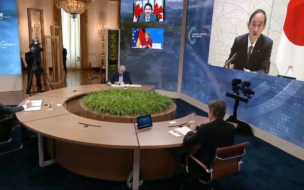 バイデン大統領(左端)は気候変動サミットを主催し日本の菅首相らが出席した(4月22日)=共同